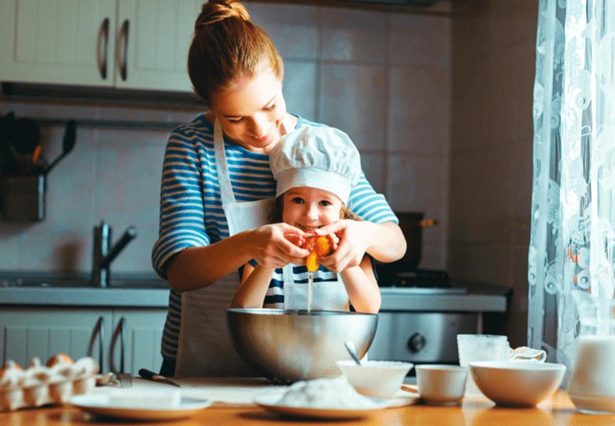 Moeder en dochter die samen koken in wat op een energiezuinige keuken lijkt.