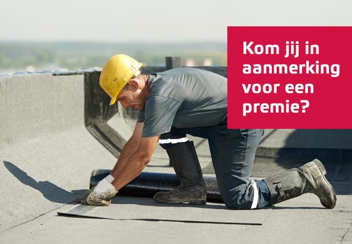 Werkman die roofing legt. Kom jij in aanmerking voor premie staat op foto.