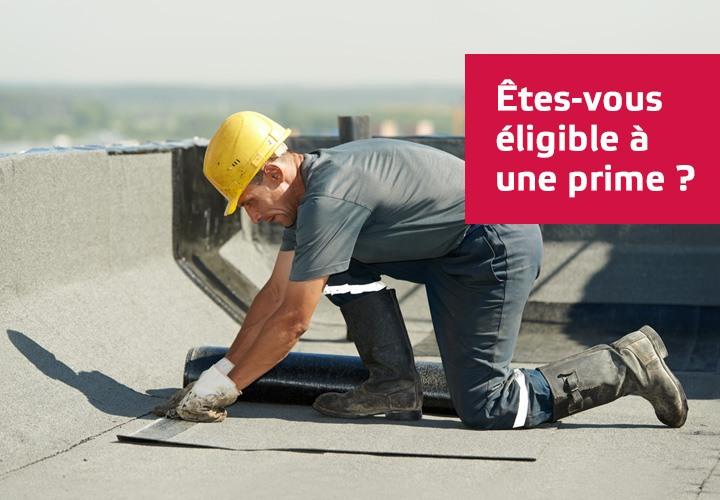 Homme qui installe du roofing sur un toit.